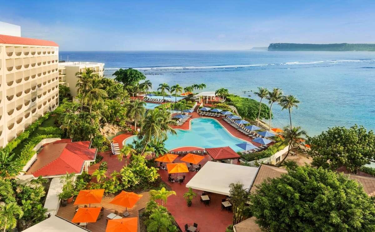 ホテル外観 ヒルトングアム・リゾート&スパはタモン湾の素晴らしい景色を一望する事ができるビーチフロントのホテルです。
